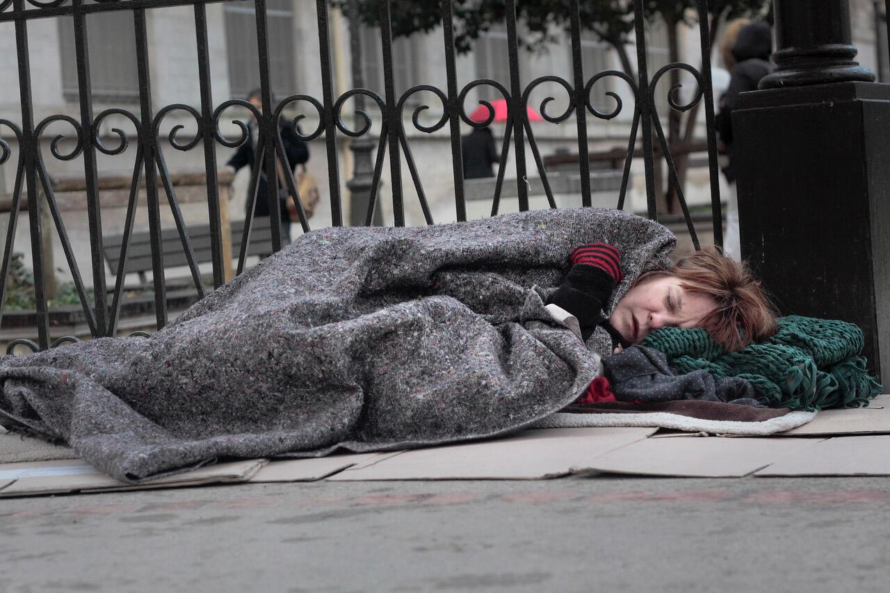 La cantante francesa Agnès Bihl fotografiada en las calles de París como una 'sin techo' por el fotógrafo Marc Melki en el marco del proyecto 'Exils intramuros'.