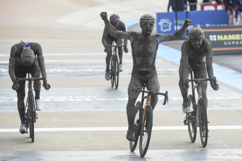 Чемпион Европы, итальянец Сонни Кольбрелли радуется победе на велогонке Париж-Рубе