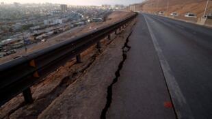 智利4月2日发生8.2级地震道路裂开2014年4月2日。