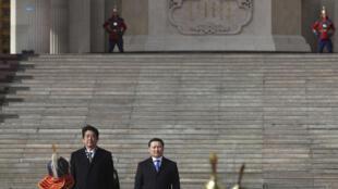 Thủ tướng Nhật Bản Shinzo Abe (T) và đồng nhiệm Mông Cổ Norovyn Altankhuyag tại lễ đón tiếp trước trụ sở Quốc hội tại thủ đô Mông Cổ Ulan Bator ngày 30/03/2013.