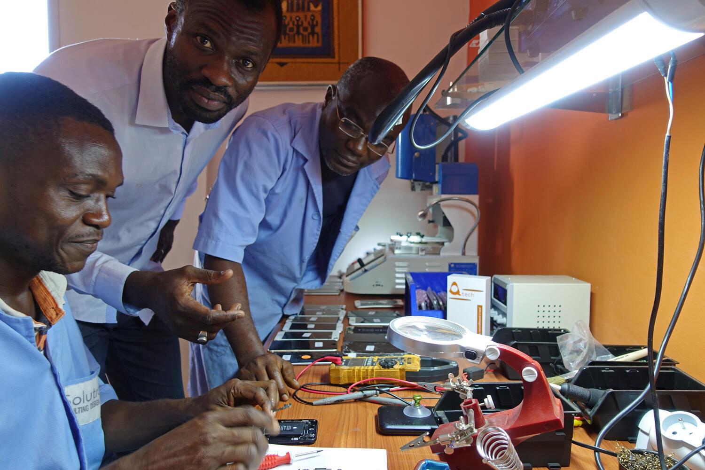 Revenu au pays, le fondateur de Solutroniq, Ely-Manel Faye (au centre), propose des solutions électroniques de pointe et lance aussi en ce moment une marque de téléphones haut de gamme reconditionnés.