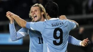 La défense paraguayenne aura fort à faire face au duo d'attaquants uruguayen Luis Suarez/Diego Forlan.