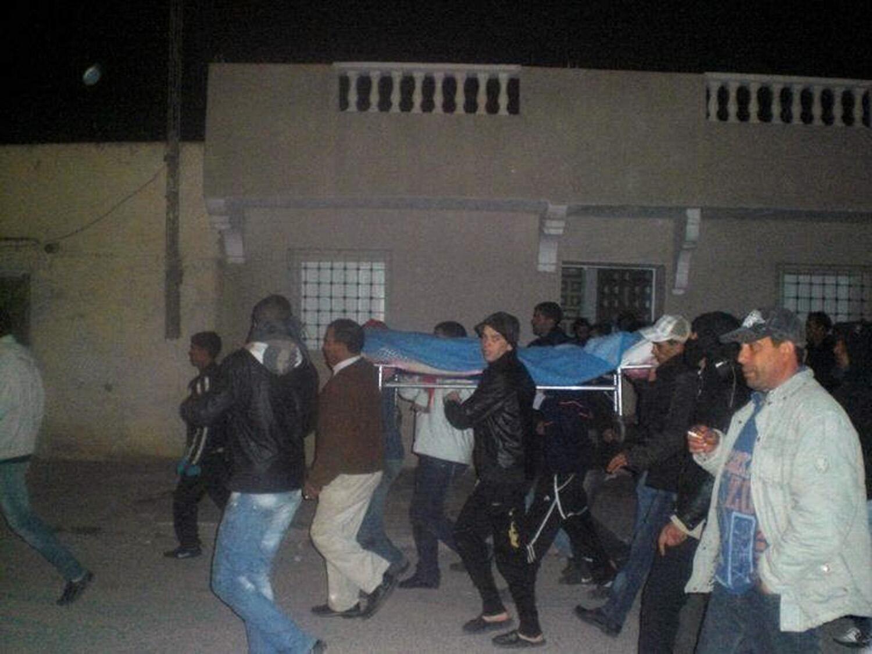 Сиди-Бузид.  Участники протестных выступлений несут тело демонстранта, застреленного 10/01/2011