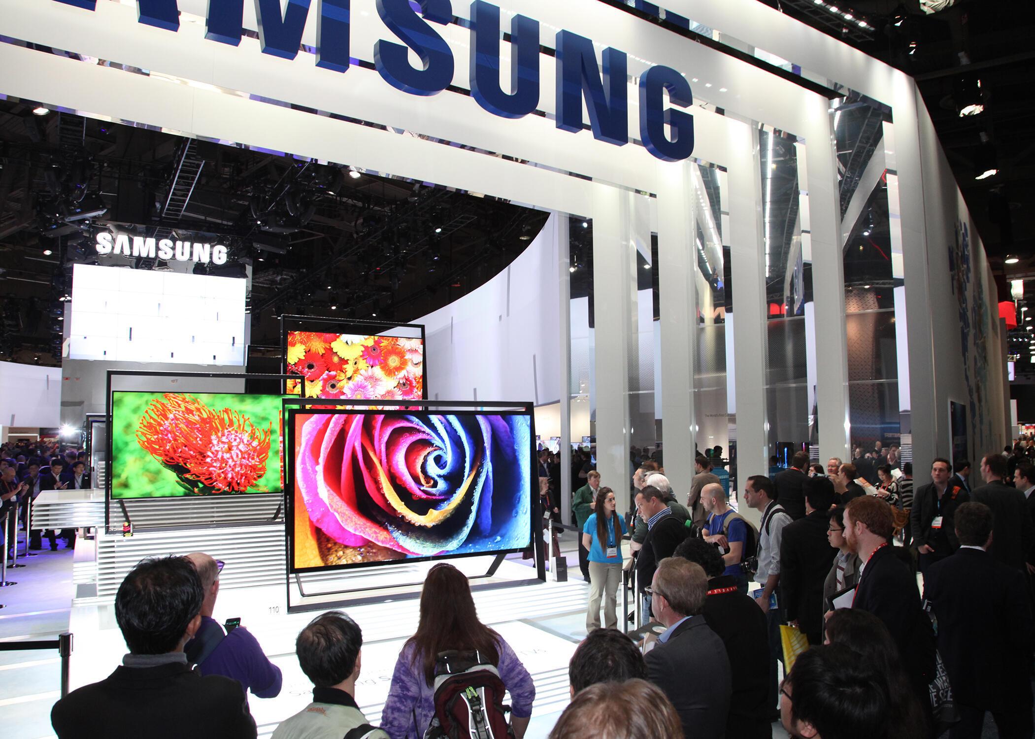 Les «smart TV» suscitent beaucoup d'interrogations sur la collecte de données privées grâce au service de reconnaissance vocale. Ici, le stand Samsung au CES 2014 de Las Vegas.