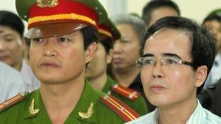 Luật sư Lê Quốc Quân tại Tòa án Hà Nội ngày 02/10/2013 ( Ảnh do VNTTX cung cấp).