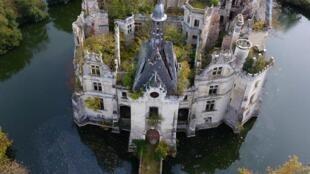 Замок Ла Мот-Шанденье в департаменте Вьенна