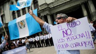 La policía disolvió con gases lacrimógenos las protestas contra la corrupción que marcaron el aniversario de la independencia de Guatemala.