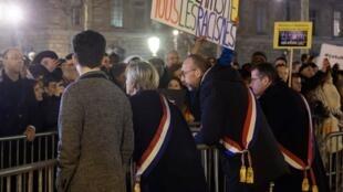 Des élus discutent avec les manifestants qui leurs demandent de faire quelque chose pour arrêter les actes antisémites.