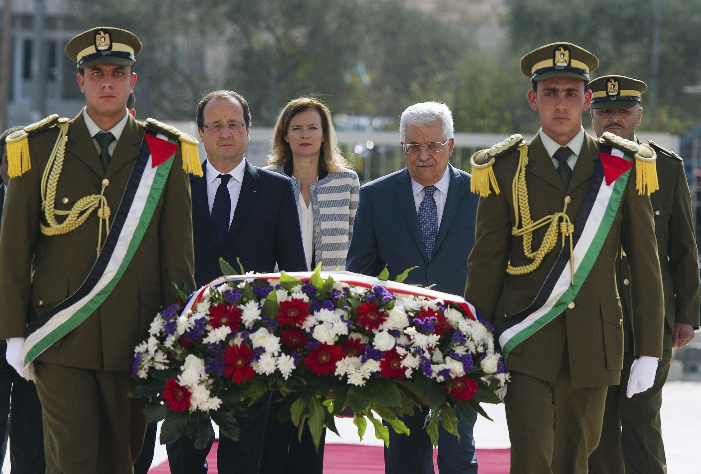 Tổng thống Pháp François Hollande tại Ramallah viếng mộ cố Chủ tịch Yasser Arafat, cùng với Tổng thống Palestine Mahmoud Abbas, 18/11/2013.