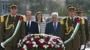 François Hollande à Ramallah, en compagnie de Mahmoud Abbas, sur la tombe de Yasser Arafat ce lundi 18 novembre.