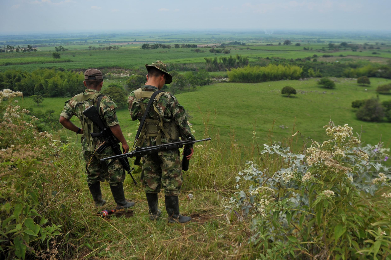Combatentes das Farc patrulham montanhas na região de Cauca, Colômbia, em fevereiro de 2013.