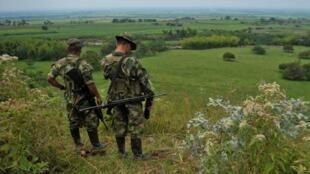 Combatientes de las FARC patrullan en las montañas de la región del Cauca, en Colombia, el 15 de febrero de 2013.