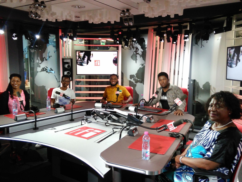 Yolanda( cantora)  e Jimmy ( guitarrista) da banda moçambicana Kakana, dois  jornalistas moçambicanos e  Quitéria Mabote, da Delegação permanente de Moçambique na UNESCO. Estúdios da RFI. Paris. 21 de Maio de 2019