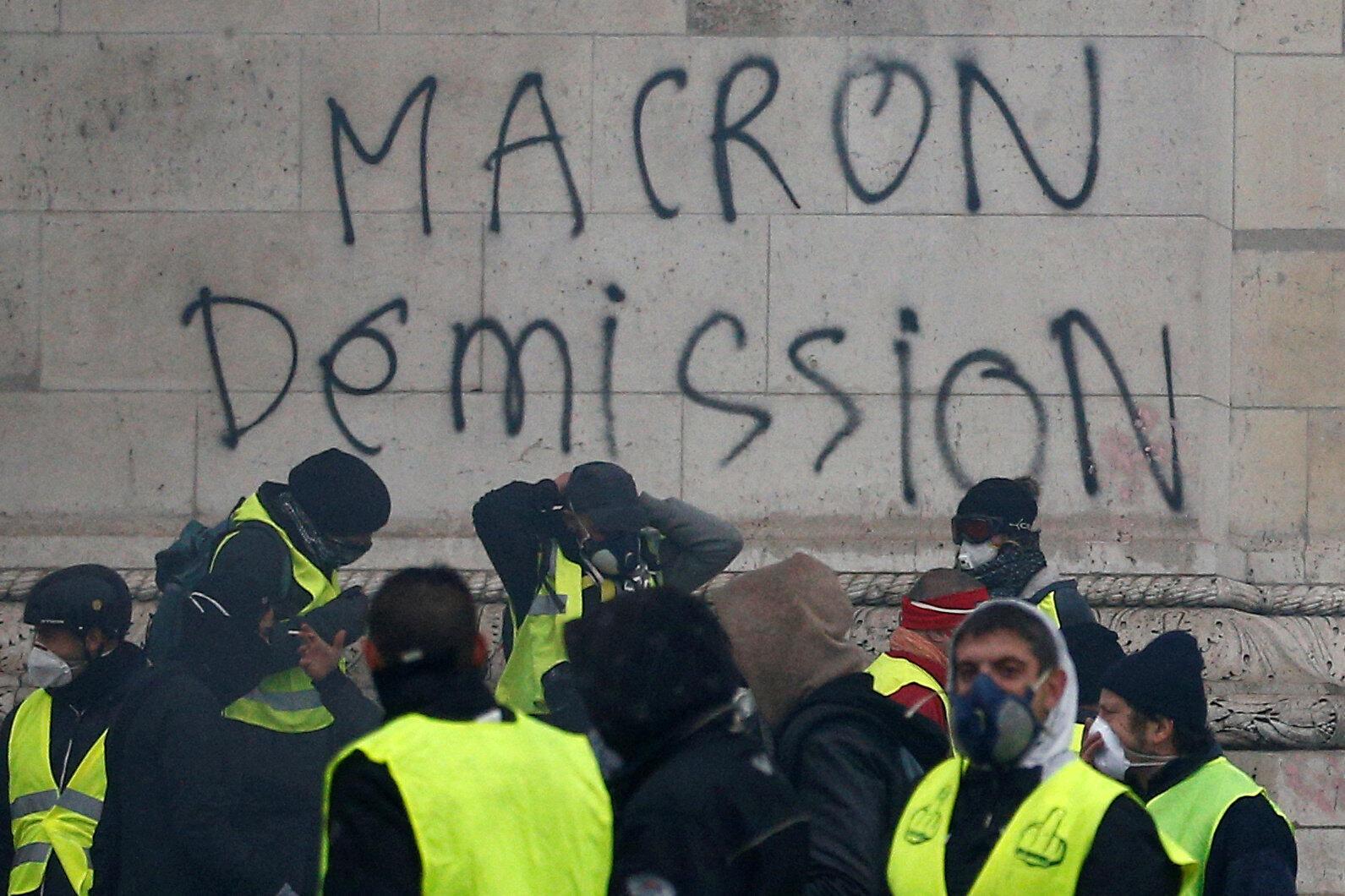 "Alguns ""coletes amarelos"" pedem a demissão do presidente Emmanuel Macron."