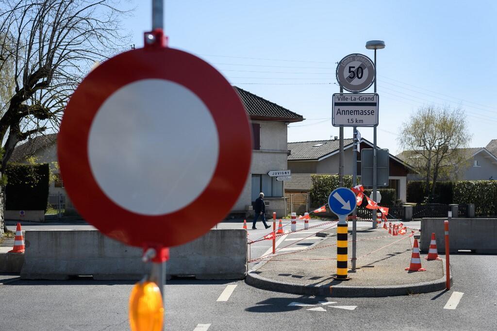 Ảnh minh họa: đóng cửa tại một điểm qua lại biên giới Pháp - Thuỵ Sĩ trong mùa dịch Covid-19, tháng 4/2020.