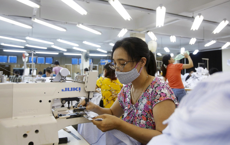 Công nhân một xưởng may ở Sài Đồng, Hà Nội, 01/07/2015. Quan hệ giữa người lao động với chủ công ty sẽ có nhiều thay đổi với Công ước 98.