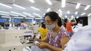 Công nhân một xưởng may ở Sài Đồng, Hà Nội, 01/07/2015. Ngành dệt may đang thu dụng 1 triệu công nhân tại Việt Nam.