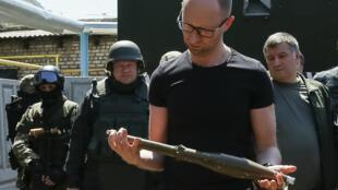 Арсений Яценюк исследует оружие сепаратистов, Славянск, 16 июля 2014 г.