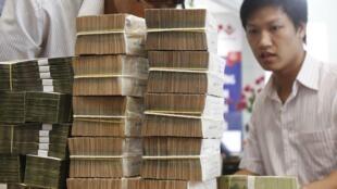 Tại một chi nhánh của Ngân hàng Đầu tư Phát triển Việt Nam (BIDV) ở Hà Nội. Ảnh chụp ngày 08/06/2012.