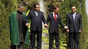 De gauche à droite : les chefs d'Etat afghan, Hamid Karzai, tadjik, Imomali Rakhmon, russe, Dmitri Medvedev et pakistanais, Asif Ali Zardari, à Douchanbé, le 2 septembre 2011.