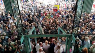 Malgorzata Gersdorf, presidente da Suprema Corte da Polônia, recusa-se a aceitar aposentadoria compulsória e comparece ao trabalho, apoiada por milhares de manifestantes, em 4 de julho de 2018.
