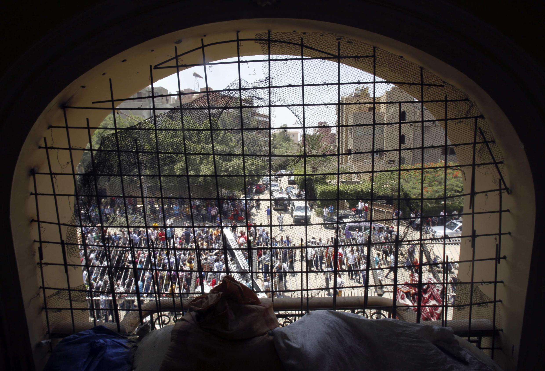 Photo des protestataires du Caire prise depuis une fenêtre du siège des Frères musulmans le 1er juillet 2013.