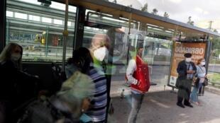 A Lisbonne, des personnes portent des masques pour respecter les gestes barrières préconisés pour lutter contre l'épidémie de coronavirus, le 4 mai 2020.