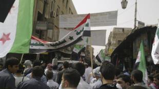 Manifestantes protestam contra o presidente Bashar al-Assad em Damasco nesta quinta-feira.