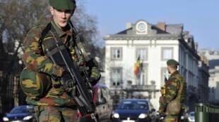 Militares armados vigiam as ruas de Bruxelas e de Anvers, no norte, onde vive a comunidade judaica, neste domingo, 18 de janeiro de 2015.