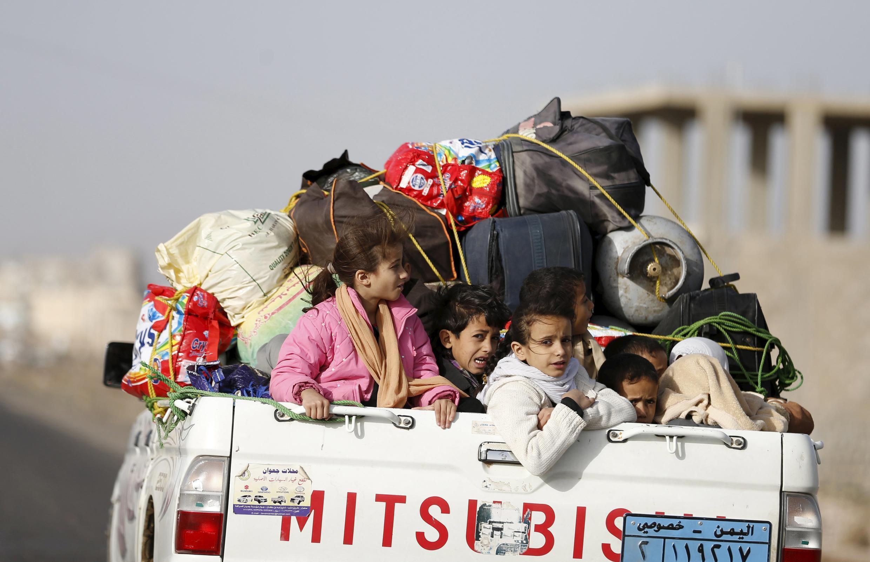 Des civils fuyant les zones de bombardement à Sanaa, le 6 avril.