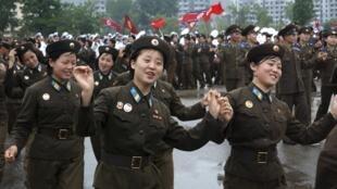 朝鮮人民軍戰士跳集體舞向金正恩表忠誠