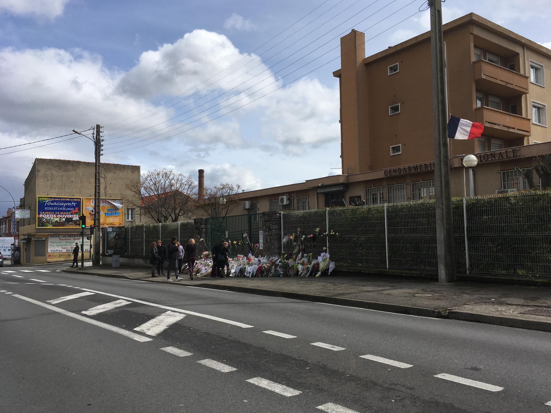 Devant le poste de gendarmerie, les anonymes, qui connaissaient ou non le lieutenant-colonel Arnaud Beltrame, ont déposé des gerbes de fleurs et des marques d'attention en hommage au héros, le week-end du 24 et 25 mars.