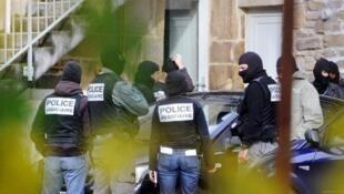 Des officiers de la police judiciaire à Tarnac le 11 novembre 2008, dans le cadre de l'enquête sur des sabotages de lignes TGV à l'automne 2008.