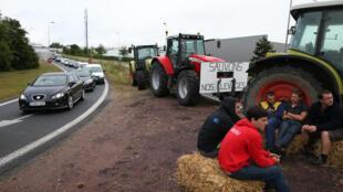 Grupo de agricultores  bloqueia estradas no norte da França.
