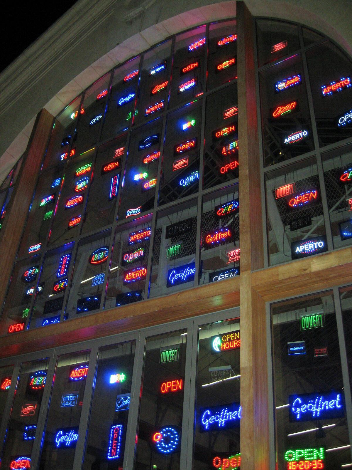 """Obra luminosa na fachada do centro artístico """"104"""" em Paris"""