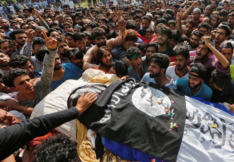 武裝軍成員在與政府軍交火中喪生 葬禮現場