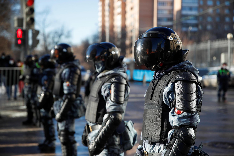 Les forces de l'ordre étaient déployées en nombre autour du tribunal.
