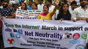 Des activistes du Congrès de la jeunesse indienne et de l'Union nationale des étudiants indiens manifestent pour la neutralité d'Internet, le 16 avril 2015, à New Dehli.