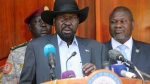 Rais wa Sudan Kusini Salva Kiir akiwa na Riek Machar (kulia) Februari 20, 2020 huko Juba.