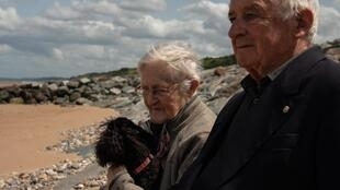 Simone y Henri, en la Playa Omaha, en Normandía.