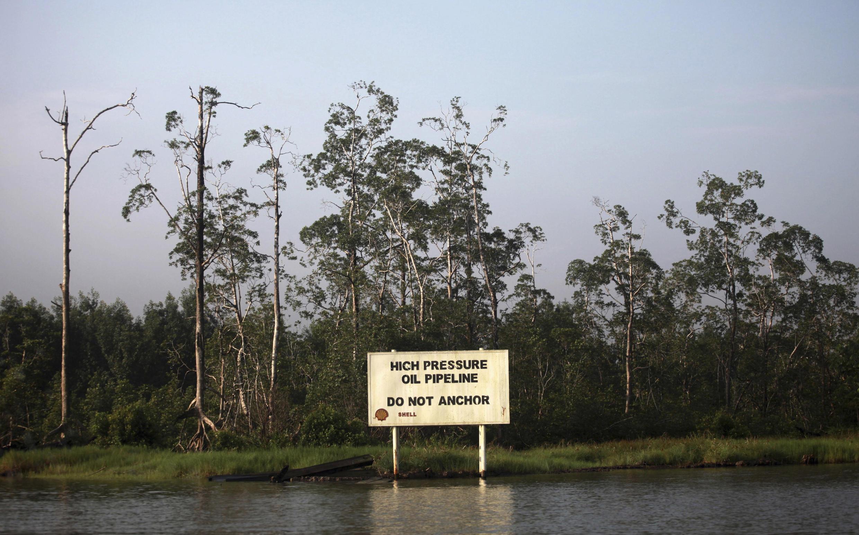 Un panneau d'avertissement de la compagnie Shell le long du ruisseau Nembe dans l'Etat riche en pétrole de Bayelsa, au Nigeria.