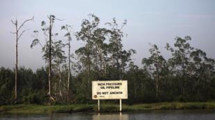 Un panneau d'avertissement de la compagnie Shell le long du ruisseau Nembe dans l'Etat riche en pétrole de Bayelsa, dans le sud du Nigeria.