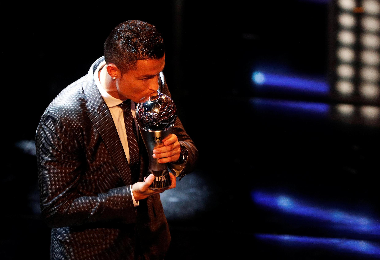Mchezaji wa Real Madrid Christian Ronaldo akibusu tuzo aliyoshinda baada ya kukabidhiwa jijini London. 23 Octoba 2017