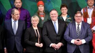 نشست شورای شمالگان در فنلاند - وزرای خارجۀ فنلاند، آمریکا، سوئد و روسیه در ردیف پایین
