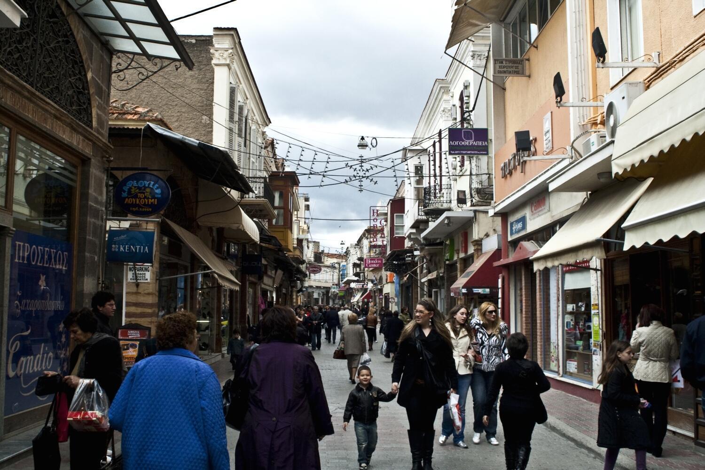 Turistas e passantes nas ruas da Ilha de Chios, Grécia.