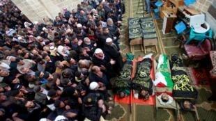 Palestinos rezam pelas vítimas de ataques israelenses na Faixa de Gaza