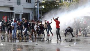 La police birmane fait usage de canons à eau contre les manifestations anti-coup d'État à Mandalay, le 9 février 2021.
