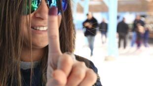 Une électrice tunisienne à la sortie d'un bureau de vote à Tunis, le 21 décembre 2014.