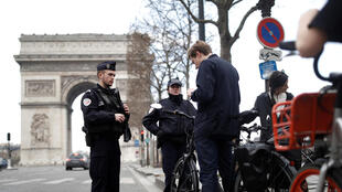 2020-03-19 france coronavirus lockdown police control cyclists arc de triomphe