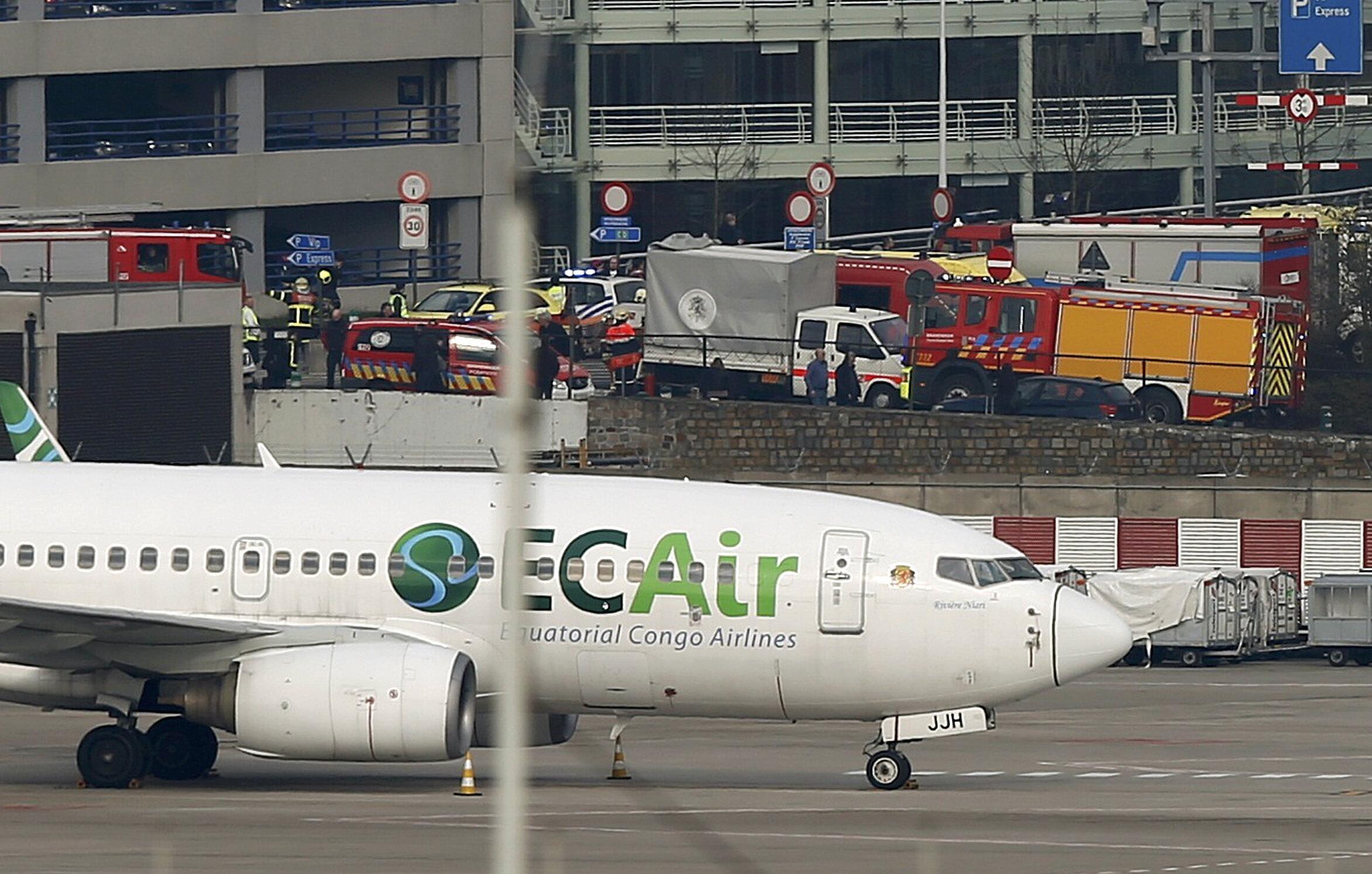 Les services d'urgence ont investi le tarmac de l'aéroport de Bruxelles Zaventem, ce 22 mars 2016.